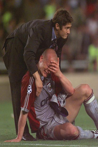 In this 26 May 1999 file photo, Bayern Munich's Carsten Jancker is consoled by non-playing teammate Bixente Lizarazu after Bayern were beaten 2-1 by Manchester United in the UEFA Champions Cup final at the Nou Camp Stadium in Barcelona. Bayern had been leading 1-0 before two injury time goals gave United a comeback victory. Photo: AP
