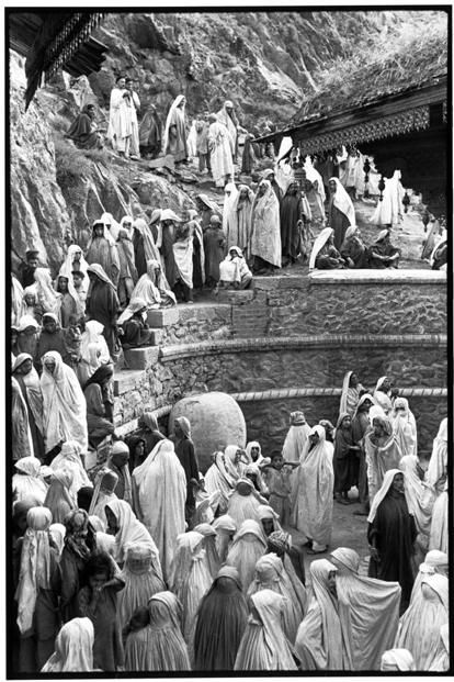 Women outside a mosque because they are not allowed in, in Srinagar, Kashmir, 1948. Courtesy: Henri Cartier-Bresson/Magnum Photos