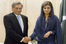 Foreign minister S.M. Krishna (left) with his Pakistani counterpart Hina Rabbani Khar in Islamabad, Pakistan on 8 September. Photo: Anjum Naveed/AP