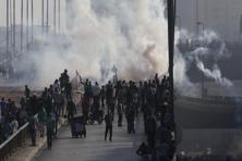Members of the Muslim Brotherhood and supporters of ousted Egyptian President Mohamed Morsi flee from tear gas and rubber bullets fired by riot police during clashes, on a bridge leading to Rabba el Adwia Square where they are camping, in Cairo on Wednesday. Photo: Reuters
