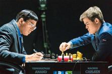 Viswanathan Anand (left) and Magnus Carlsen. Photo: Artur Lebedev/AP