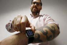 A Reuters journalist inputs his passcode onto his Apple Watch as his tattoos prevent the device's sensors from correctly detecting his skin in Sydney 30 April 2015. Photo: Reuters