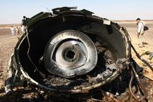 The photo shows Egyptian military experts examining a piece of an engine at the wreckage of a passenger jet bound for St. Petersburg in Russia that crashed in Hassana, in Egypt, on Sunday. Photo: AP