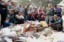 A file photo of protesting MCD workers near Delhi deputy chief minister Manish Siosodia's office on 28 January 2016. Photo: PTI
