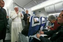 Pope Francis meets journalists aboard the plane during the flight from Ciudad Juarez, Mexico to Rome, Italy. Photo: AP