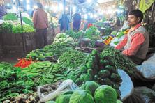 India's WPI-based inflation rate contracted for the 16th straight month in a row in February at 0.91%, driven down by tumbling oil prices and softening vegetable prices. Photo: Pradeep Gaur/Mint
