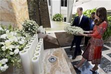 Prince William and Kate Middleton lay a wreath on the martyrs memorial at the Taj Mahal Palace Hotel in Mumbai. Photo: AP