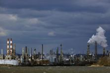 A file photo shows emissions from a refinery in Pennsylvania. American Petroleum Institute reported a draw of nearly 1.1 million barrels in US crude inventories last week. Photo: Bloomberg