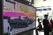 A TV news program at Seoul Railway Station shows a file footage of North Korean missiles paraded at a military parade in Pyongyang. Photo: AP