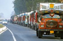 Average US truck speeds can exceed 89 kilometers (55 miles) per hour on highways; in India, a long-distance average of 12.7 kilometers is considered good. Photo: