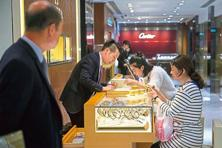 Customers looks at luxury watches in Hong Kong, China. Photo: Billy H.C. Kwok/Bloomberg