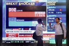 Investors in front of screen outside the Bombay Stock Exchange which displays Brexit shocker in Mumbai. Photo: Mitesh Bhuvad/PTI