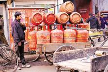 While both commercial and non-subsidized LPG cylinders are not subsidized, the former attracts an 8% excise duty. Photo: Pradeep Gaur/Mint
