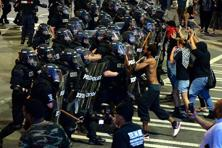 Charlotte-Mecklenburg police officers begin to move protesters down a street in Charlotte, North Carolina on Wednesday. Photo: AP