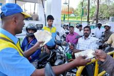 Petrol pumps will continue to accept old currency notes of 500 and 1,000 denominations till 24 November. Photo: PTI