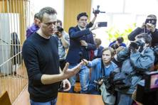 Russian opposition leader Alexei Navalny speaks to press in a court room in Moscow, Russia, on 27 March, 2017. Photo: AP