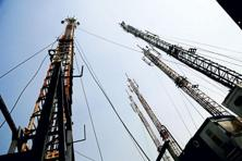 Telecom companies are trying to reduce the debt overhang by selling stakes or assets. Photo: Pradeep Gaur/Mint