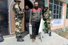 Border Security Force soldiers stands guard outside a polling station as staff collect voting machines in Srinagar on 8 April, 2017. Photo: AFP