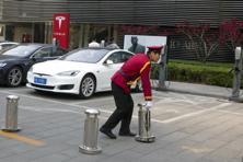 Tesla will increase the number of so-called Destination Chargers located at hotels and restaurants from 9,000 to 15,000. Photo: AP