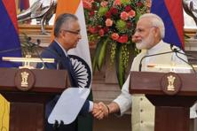 Narendra Modi shakes hand with his Mauritius counterpart Pravind Jugnauth during their joint press statement in New Delhi on 27 May. Photo: PTI