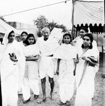 Ladies' man?: Gandhi had many women followers who accompanied him on his tours. Hindustan Times
