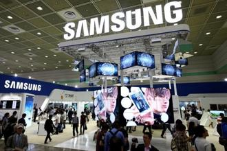 Samsung posted its first profit decline in nine quarters in the final three months of 2013 amid growing competition from Apple's iPhones and budget devices from Chinese producers.Photo: Bloomberg