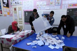 Election workers count ballots for Tunisia's presidential election in Tunisia's capital. Photo: Reuters