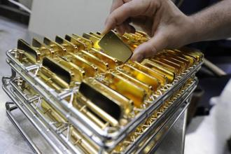Gold rose 1.2% to $1,292.60 an ounce on the Comex in New York last week, after touching the highest since August. Silver jumped 3.1% to $18.30 an ounce.  Photo: Bloomberg