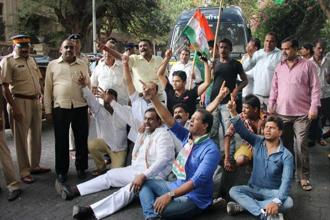 Congress workers protest against actor Rishi Kapoor over his remarks on naming of government buildings, in Mumbai on Wednsday. Photo: PTI