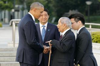 Barack Obama shakes hands with Sunao Tsuboi, a survivor of the atomic bombing and chairman of the Hiroshima Prefectural Confederation of A-bomb Sufferers Organization. Photo: AP