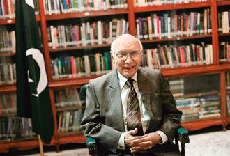 Sartaj Aziz urged the international community to take notice of the situation in Kashmir and extend its support to the Kashmiri people. Photo: Reuters
