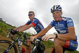 Lance Armstrong (right) was a hero before he was exposed as a drug cheat. Photo: Paolo Cocco/AFP
