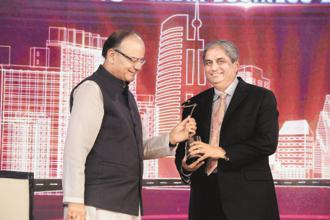 Aditya Puri receives Outstanding Business Leader of the Year Award from finance minister Arun Jaitley.
