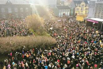 Women came together at Austurvöllur square in Reykjavik on 24 October to fight for pay equality. Photo courtesy: Salka Sól Eyfeld@Twitter
