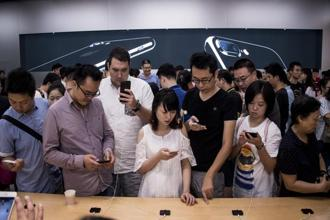A surge of 5.4% in overall sale of smartphones across the world in the third quarter resulted in total sale of 373 million smartphones to end users. Photo: AFP