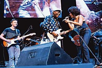 (from left) Quinn Sullivan, Buddy Guy and Nikki Hill at the all-star jam at the Mahindra Blues Festival 2015.