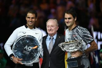 Switzerland's Roger Federer (right) holds the Australian Open trophy as he poses with runner-up Spain's Rafael Nadal (left) and Australian tennis legend Rod Laver after winning the men's singles final match in Melbourne on 29 January. Photo: AFP