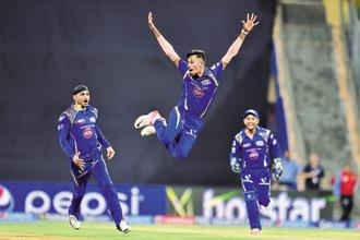The One Over Eliminator saw Mumbai Indians score 11 with Kieron Pollard hitting Faulkner for a boundary and a six. Defending 11 runs, Bumrah bowled a no-ball and wide in his first three deliveries but displayed brilliant variations of slower deliveries including a few in the blockhole as Aaron Finch and Brendon McCullum could manage only six runs. Photo: Hindustan Times