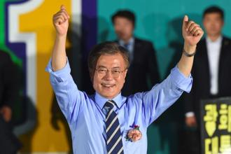 South Korean presidential candidate Moon Jae-In of the Democratic Party gestures during his election campaign in Seoul on 8 May 2017. Photo: AFP