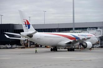 Malaysia Airlines flight MH128 returns to Melbourne after a passenger tried to enter the cockpit claiming he had a bomb. Photo: AFP