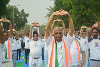 Donning a white yoga-themed T-shirt, Ram Nath Kovind joined dignitaries and other enthusiasts at the iconic venue and performed routines for about 45 minutes. Photo: Ramesh Pathania/Mint