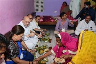 Amit Shah, accompanied by CM Vasundhara Raje, party's state president Ashok Parnami, MP Bhupendra Yadav and others, was given a warm welcome in traditional Rajasthani manner. They had lunch sitting on the ground. Photo: PTI