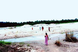 Khasi women from Lamapunji cross the river that separates the two countries. Photographs by Sanat K. Chakraborty