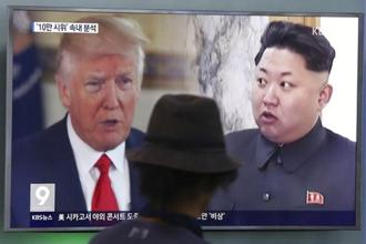 A man watches a television screen showing US President Donald Trump (left) and North Korean leader Kim Jong Un during a news program at the Seoul Train Station in Seoul, South Korea. Photo: AP