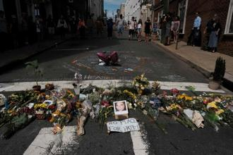 Flowers and a photo of a car ramming the victim lie at a makeshift memorial in Charlottesville, Virginia, on 13 August. Photo: Reuters