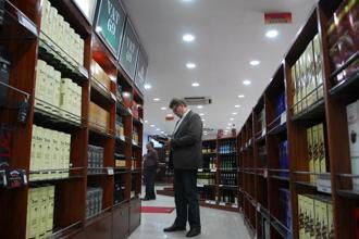 Liquor stores, restaurants and hotels located within municipal limits—even if they are near a highway—will be allowed to sell alcohol, says the court's order. Photo: Hindustan Times