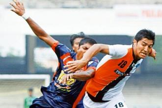 Pritam Kotal (left) of Pailan Arrows and Mumbai FC's Haroon Fakhruddin Amiri (No.18) battle for the ball during an I-League match in Kolkata in 2012. Photo: Hindustan Times.