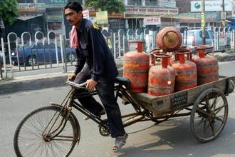 A subsidised 14.2-kg LPG cylinder now costs Rs487.18 in Delhi as against Rs479.77 previously. Photo: HT