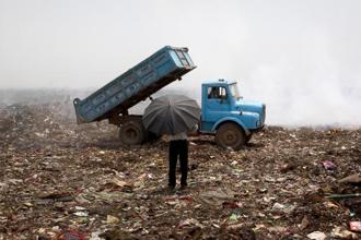The CPCB guidelines suggest a series of preventive and remedial measures to tackle odour at urban municipal solid waste landfills. Photo: Bloomberg