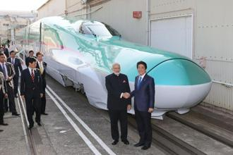 Prime Minister Narendra Modi and his Japan counterpart Shinzo Abe in front of a Shinkansen bullet train in November 2016. Photo: AFP
